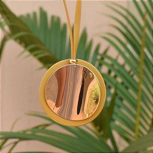Colar longo medalha redonda mostarda dourado
