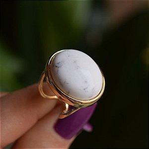 Anel ajustável oval pedra natural howlita branca ouro semijoia