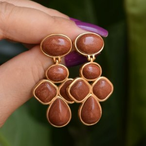 Brinco geométrico pedra natural Sol ouro semijoia