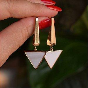Brinco triângulo invertido pedra natural madrepérola ouro semijoia
