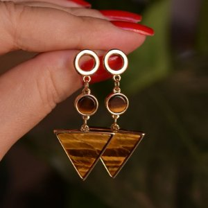 Brinco geométrico pedra natural olho de tigre ouro semijoia