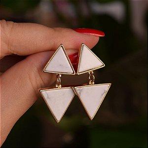 Brinco triângulos pedra natural howlita branca ouro semijoia