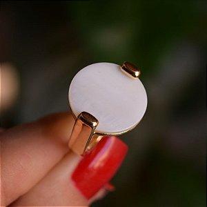 Anel redondo pedra natural madrepérola ouro semijoia