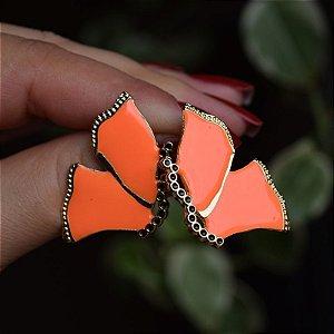 Brinco borboleta metal esmaltado laranja neon