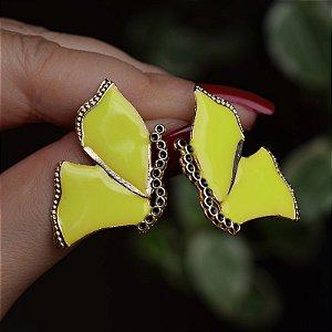 Brinco borboleta metal esmaltado amarelo neon