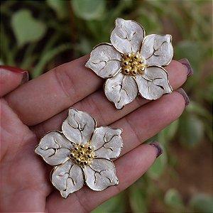 Brinco flor madrepérola dourado