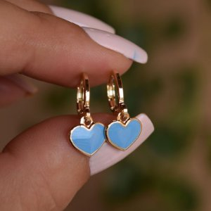 Brinco argolinha coração esmaltado azul ouro semijoia