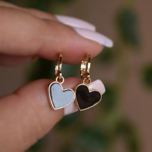 Brinco argolinha coração esmaltado preto ouro semijoia