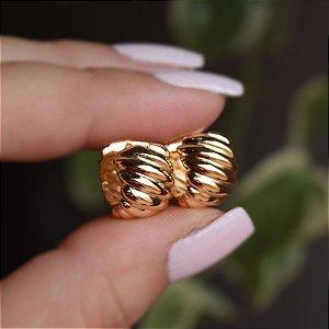 Brinco argolinha ondulada g ouro semijoia