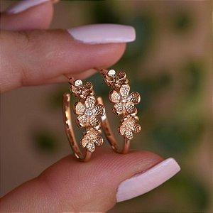 Brinco argola flores ouro semijoia