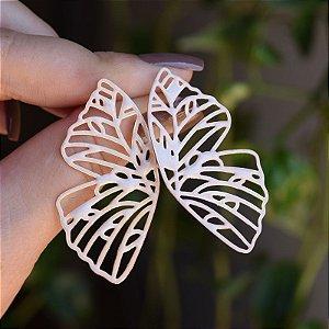 Brinco borboleta vazada esmaltada branca dourado