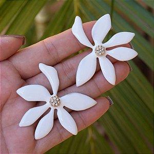 Brinco flor esmaltado branco dourado