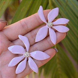 Brinco flor esmaltado lilás dourado