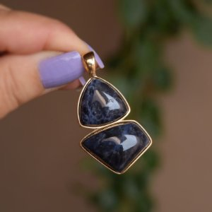 Pingente geométrico pedra natural sodalita ouro semijoia