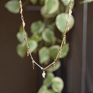 Colar folhas penduricalhos ouro semijoia