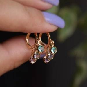 Brinco argolinha penduricalhos cristais coloridos ouro semijoia