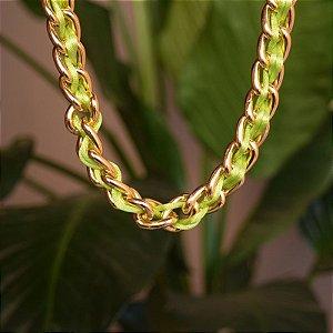 Colar choker fios de seda verde limão ouro semijoia