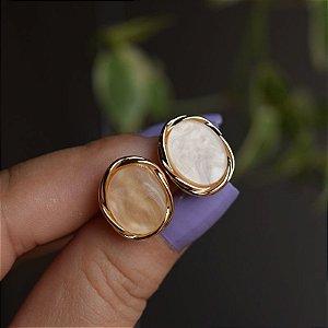 Brinco oval madrepérola bege ouro semijoia 3319