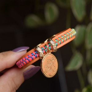 Bracelete couro sintético São Jorge macramê fio de seda neon colorido