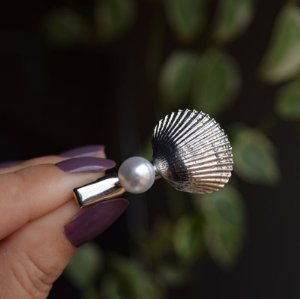 Presilha bico de pato metal prateado concha com pérola
