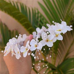 Tiara de flores brancas e pérolas para noivas