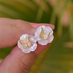 Brinco flor madrepérola com borboleta ouro semijoia