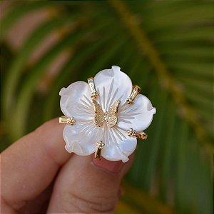 Anel flor madrepérola com borboleta ouro semijoia
