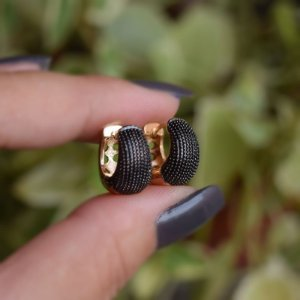 Brinco argolinha metal texturizado ródio negro ouro semijoia 18k03002