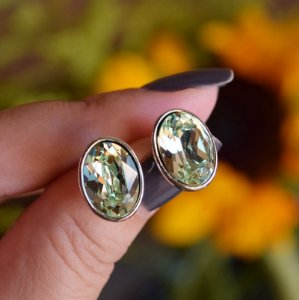 Brinco oval Leticia Sarabia cristal verde prateado