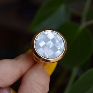 Anel redondo pedra natural mosaico madrepérola cinza ouro semijoia