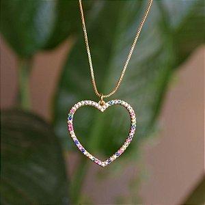 Colar coração vazado cristais coloridos ouro semijoia