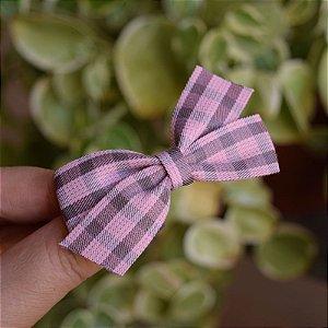 Presilha bico de pato infantil laço xadrez rosa