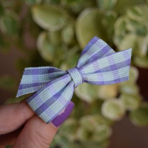 Presilha bico de pato infantil laço xadrez azul
