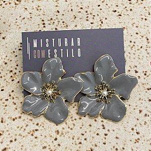 Brinco Flor Metal Esmaltada Grande - Cinza