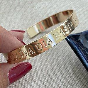 Bracelete - A Cada Dia Basta o Seu Cuidado - Dourado Liso