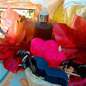 Kit sabonete líquido essenncia John John no vidro com válvula luxo + sabonete coração Amo Você essencia Flor de figo + folhas verdes e sabonete bigode essência John John na mini tina