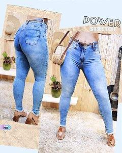 Skinny jeans desfiada