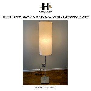 LUMINÁRIA DE CHÃO COM BASE LISA CROMADA E CÚPULA GRANDE EM TECIDO OFF WHITE
