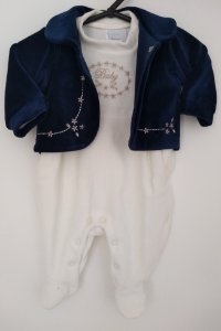 Macacão e casaquinho em plush off white com azul marinho - BABY FASHION