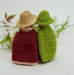 Capas e chapéus para bonequinhos em madeira
