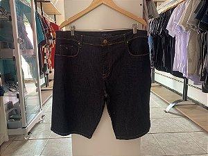 Short jeans masculina acostamento
