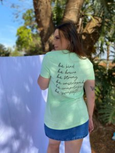 CAMISETA BE KIND VERDE