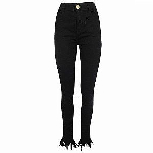 Calça cigarrete jeans preto barra desfiada camili dimy