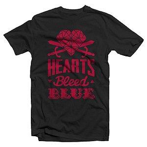 "Hearts Bleed Blue ""Brasão Vermelho"" Camiseta Preta"