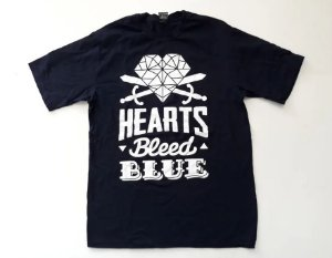 "Hearts Bleed Blue ""Brasão Branco"" Camiseta Azul"