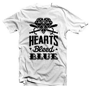 """Hearts Bleed Blue """"Brasão Preto"""" Camiseta Branca"""