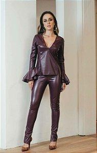Conjunto Scusi couro eco marsala manga longa com babados calça skinny
