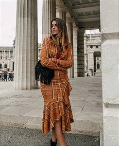Saia Romaria, em trico xadrez com babados nas cores caramelo e marrom.