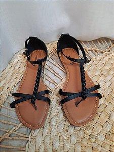 Sandália tipo rasteira com calcanhar e aplicação
