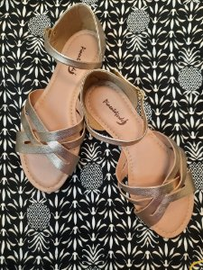 Sandália faixas cruzadas dourada